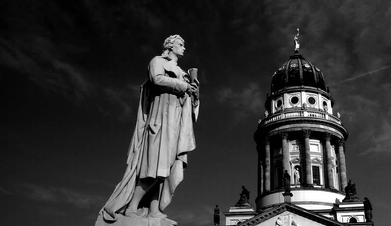 Schiller-Denkmal auf dem Gendarmenmarkt in Berlin | Wohlauf! – Lasst die Spiele beginnen!